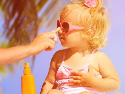 Diferencies entre la crema solar de nens i d'adults